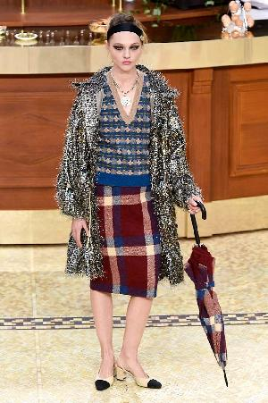 http://assets.elleuk.com/gallery/25070/chanel-autumn-winter-2015-look-2__thumbnail.jpg